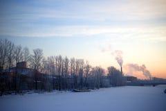 Vista da cidade industrial de St Petersburg da terraplenagem Inverno Imagem de Stock Royalty Free
