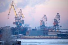 Vista da cidade industrial de St Petersburg da terraplenagem Inverno Fotos de Stock Royalty Free
