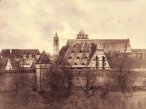Vista da cidade medieval além da parede do pinhão Retro tonificado Imagens de Stock