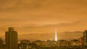 Vista da cidade no dia luzes edifícios cityscape Céu vermelho Timelapse vídeos de arquivo