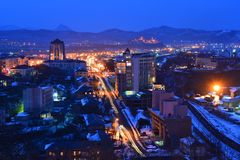 Vista da cidade da noite de Nakhodka Primorsky Krai, Rússia vitória foto de stock royalty free