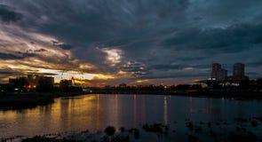Vista da cidade da noite Nuvens sombrios Ajuste Sun Rússia chelyabinsk Fotografia de Stock
