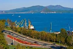 Vista da cidade pelo mar Cidade de Nakhodka Extremo Oriente de Rússia 18 10 2012 fotografia de stock
