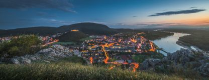 Vista da cidade pequena com o rio do monte no crepúsculo imagem de stock