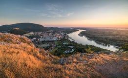 Vista da cidade pequena com o rio do monte no por do sol Imagens de Stock