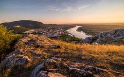Vista da cidade pequena com o rio do monte no por do sol Imagem de Stock Royalty Free