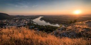 Vista da cidade pequena com o rio do monte no por do sol Foto de Stock Royalty Free