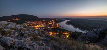 Vista da cidade pequena do Lit com o rio do monte no por do sol Fotos de Stock