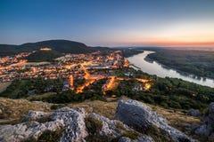 Vista da cidade pequena do Lit com o rio do monte no por do sol Fotografia de Stock Royalty Free