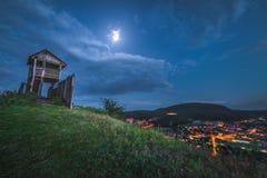 Vista da cidade pequena do monte com a torre de observação em Twili fotos de stock royalty free