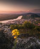 Vista da cidade pequena e do rio com as rochas e o fluxo foto de stock
