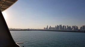 Vista da cidade da plataforma do navio Porto marítimo e vista da cidade com os arranha-céus no horizonte Porto marítimo com vídeos de arquivo