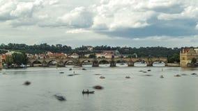 Vista da cidade Praga em República Checa com timelapse colorido dos barcos de pá no rio de Vltava em um dia bonito filme