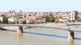 Vista da cidade sérvio de Novi Sad e da ponte sobre o Dan fotografia de stock