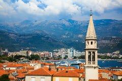 Vista da cidade velha de Budva, cidade murada medieval, baía, montanhas, tira litoral, Sandy Beach no mar de adriático, Montenegr Fotografia de Stock Royalty Free