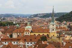 Vista da cidade velha de Praga de um ponto culminante Telhados vermelhos, arquitetura histórica República checa Imagem de Stock