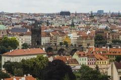 Vista da cidade velha de Praga de um ponto culminante Telhados vermelhos, arquitetura histórica República checa Fotos de Stock