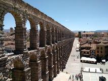 Vista da cidade velha de Segovia, das escadas do aqueduto imagem de stock