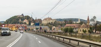 Vista da cidade velha de Sighisoara da estrada central que passa através da cidade Cidade medieval do sighisoara Imagens de Stock Royalty Free