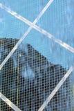 Vista da construção através da água de queda Imagens de Stock