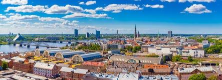 Vista da construção da academia de ciências em Riga velho fotos de stock royalty free