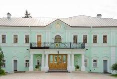 Vista da construção das câmaras do metropolita da trindade santamente Sergius Lavra fotos de stock royalty free