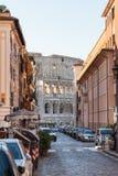 Vista da construção de Colosseum através da rua em Roma foto de stock royalty free