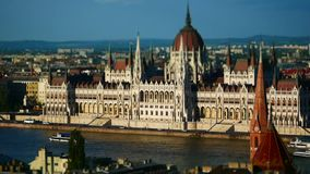Vista da construção de Danube River e de parlamento, Budapest, Hungria video estoque