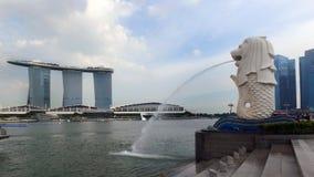 Vista da construção de Marina Bay Sands do lado da estátua de Merlion Foto de Stock Royalty Free