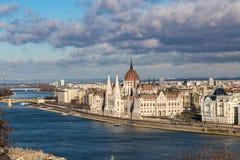 Vista da construção do parlamento húngaro iluminado pelos raios do sol em Budapest, Hungria fotografia de stock royalty free