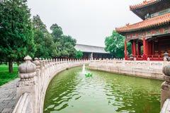 Vista da construção, do parque do jardim e do canal no templo de Confucius e do museu do Imperial College no Pequim, China foto de stock