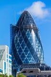 Vista da construção do pepino (30 St Mary Axe) no por do sol em Londres Imagem de Stock