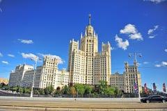 Vista da construção no estilo arquitetónico do império de Stalin, Mosco Imagens de Stock Royalty Free