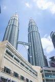 Vista da construção da torre gêmea e do Suria KLCC de Petronas durante a luz do dia em Kuala Lumpur, Malásia Imagem de Stock Royalty Free