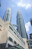 Vista da construção da torre gêmea e do Suria KLCC de Petronas durante a luz do dia em Kuala Lumpur, Malásia Foto de Stock