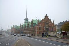 Vista da construção velha do ` 1640 de Borsen do ` da bolsa de valores dia nevoento de novembro copenhaga foto de stock royalty free