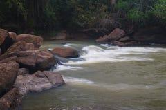 Vista da corredeira no rio, kwanza Sul imagens de stock