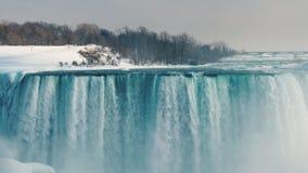 Vista da costa canadense ao Niagara Falls surpreendente na estação do inverno imagens de stock royalty free