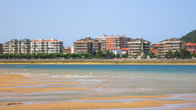 Vista da costa da Espanha no fundo da cidade de Santona Imagens de Stock