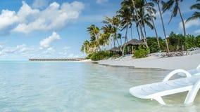 Vista da costa da ilha do irufushi, bungalows da água, maldives imagens de stock royalty free