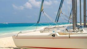 Vista da costa da ilha do irufushi com barcos, maldives Fotos de Stock Royalty Free