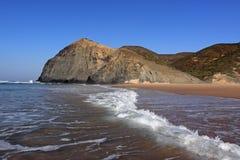Vista da costa da praia no Algarve, Portugal Fotografia de Stock Royalty Free