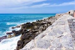 Vista da costa de Cefalu em Sicília, Itália imagens de stock