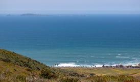 Vista da costa de Ensenada Sauzal dos montes imagem de stock
