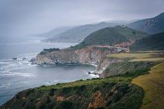 Vista da Costa do Pacífico e da ponte da angra de Bixby, em Big Sur, C imagem de stock royalty free
