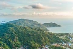 Vista da costa montanhosa do mar, ilha de Phuket Imagem de Stock