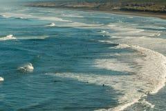Vista da costa na praia de Muriwai, perto de Auckland, Nova Zelândia foto de stock