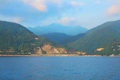 Vista da costa perto da cidade de Sochi Foto de Stock Royalty Free