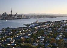 Vista da cume do sub?rbio do beira-mar, arquitetura da cidade litoral do cbd da montagem Victoria, Devonport, Auckland, Nova Zel? imagens de stock