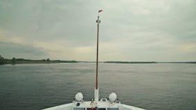 Vista da curva de navio de cruzeiros movente no rio vídeos de arquivo